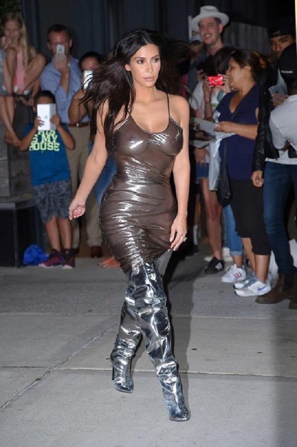 Жаркая Ким Кардашьян начала появляться на публике практически без одежды.