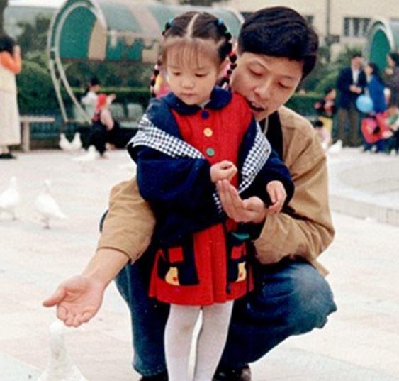 Люди думают, что это обычная пара. На самом деле, это отец и дочь!